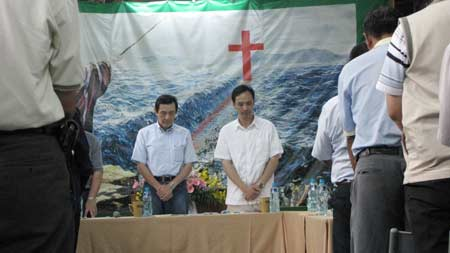 Ayatollah Ying-jeou prays