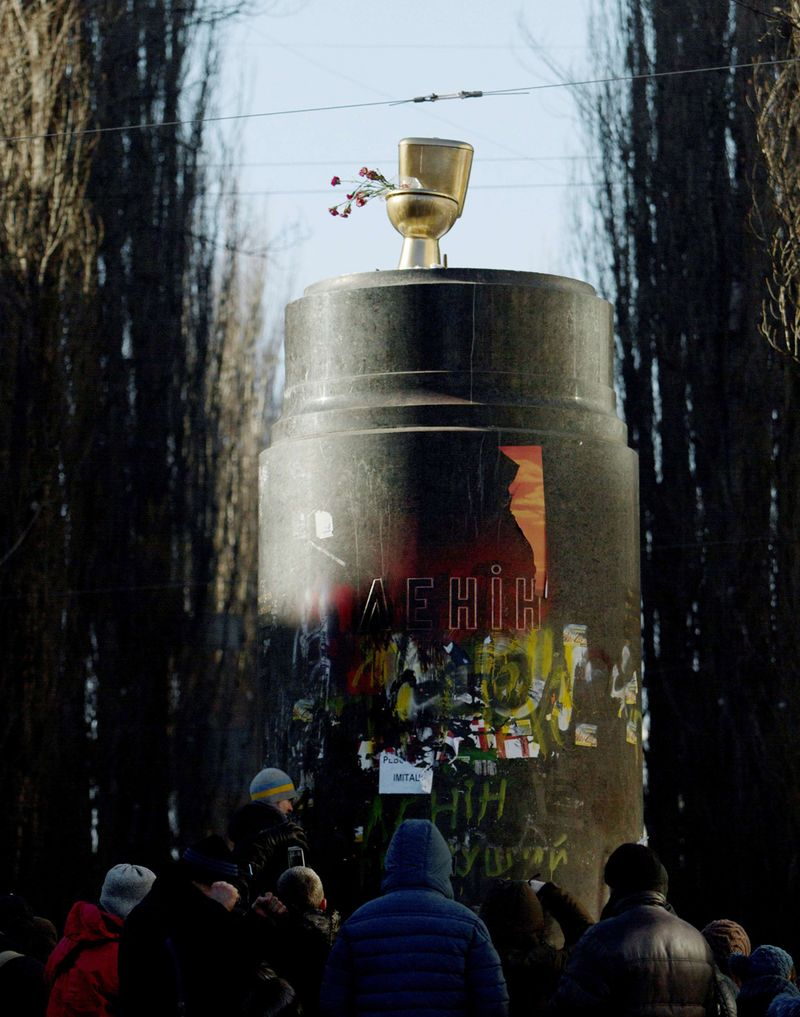 Golden-toilet-on-lenin-pedestal-ukraine