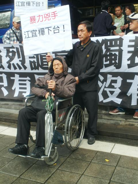 76 year old man in wheelchair who was beaten by Taiwanese police on the orders of KMT president Ma Ying-jeou