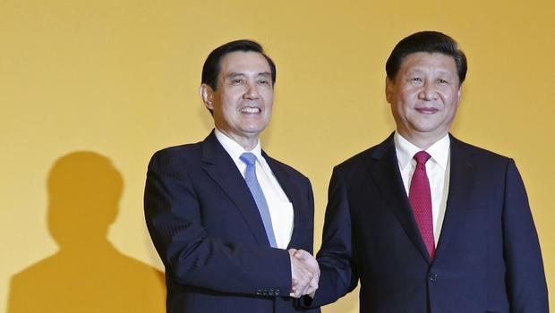 Ma Ying-jeou shaking hands with Xi Jinping