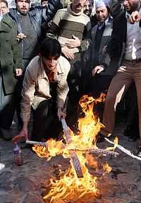Muslims_burn_cross_1
