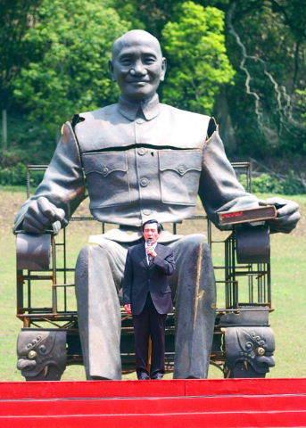 Ma_and_cks_statue_2